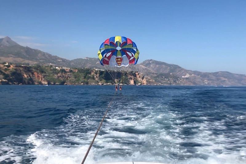 Tocando el mar en paracaídas